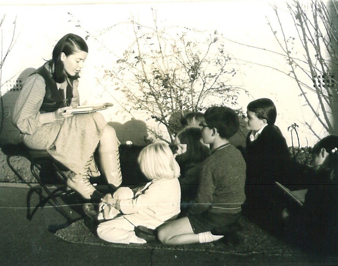 Storytelling outdoors, Concord Library, 1970. Photo by Paul Ife Horne, under CC BY-NC 2.0.